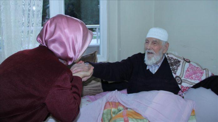 Ky është plaku 95 vjeçar që ka 152 nipër e mbesa