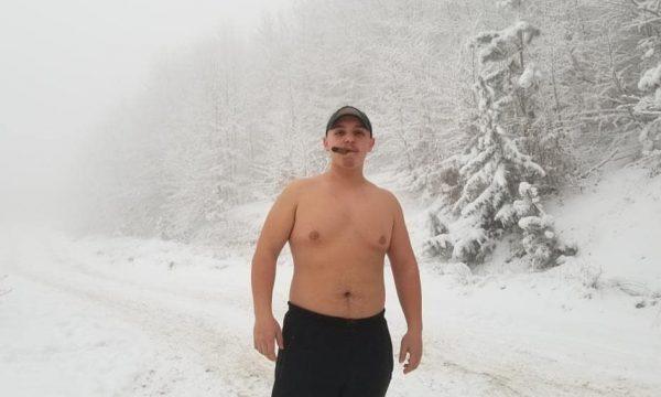 Ky është i riu shqiptar që po sfidon borën