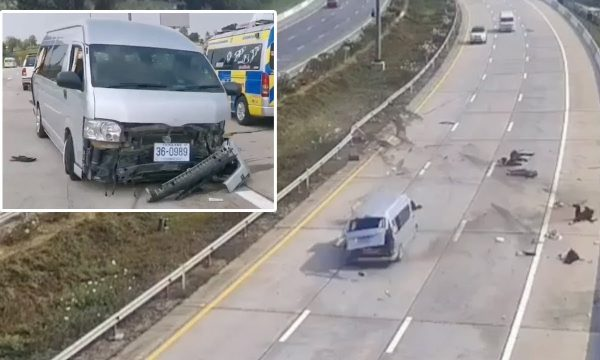 """Tmerr në autostradë: Minibusit i çahet goma, turistët """"fluturojnë"""" në rrugë (VIDEO)"""