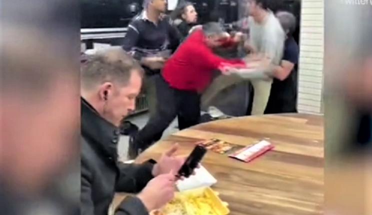 Në lokal fillon përleshja, por reagimi i klientit është epik (VIDEO)