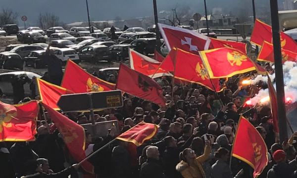 Malazezët në protestë kundër serbëve, aty shihet edhe flamuri shqiptar (VIDEO)