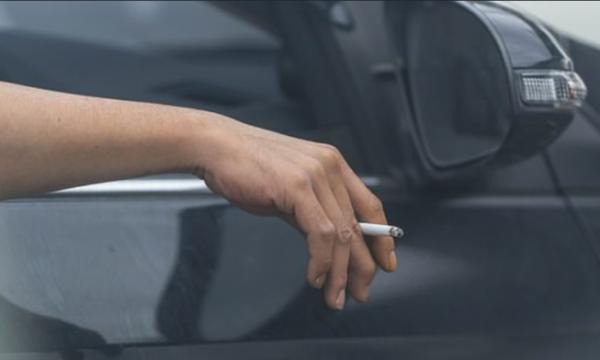 Dënime deri në 10 mijë euro për shoferët që hedhin cigaret nga vetura