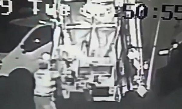 Po gjuante mbeturinat, punëtorit i ndodh e papritura: Për pak sa nuk grimcohet (VIDEO)