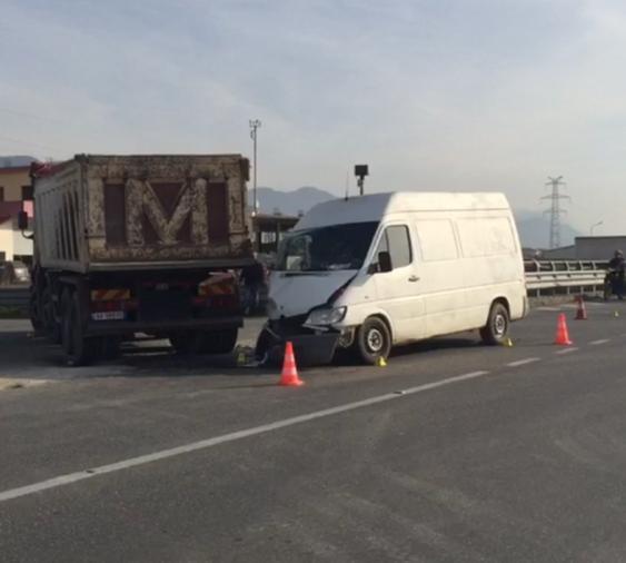 Aksident i frikshëm në Lezhë, kamioni përplaset me kamionin (FOTO LAJM)