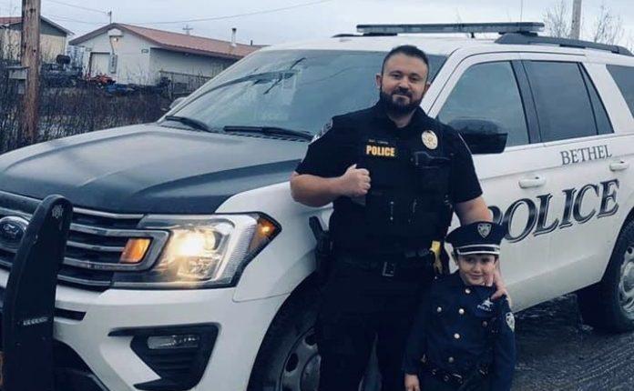 Kërçovari që eshtë polici i dalluar në Alaska
