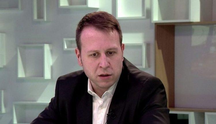 Janushev rezulton negativ, Mërgja në izolim