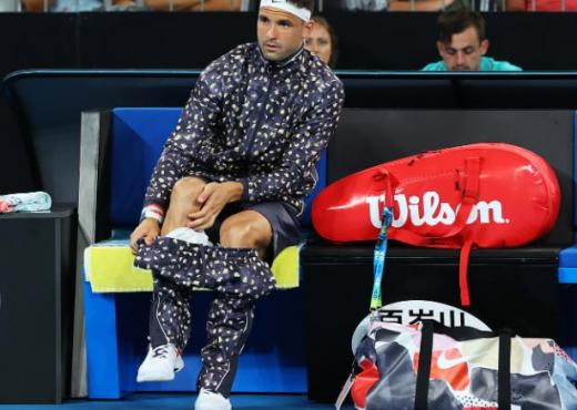 Me pizhama në fushë, tenisti befason me përgjigjen e tij
