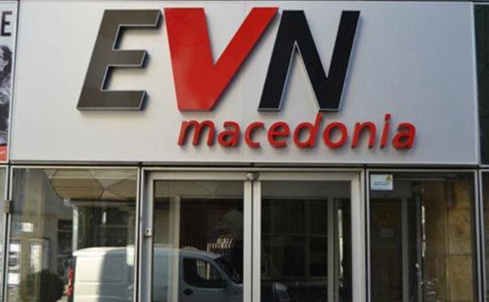 Qytetari i revoltuar thyen xhamin e EVN-së, EVN: Klienti nuk ka paguar asnjë këst të borxhit (VIDEO)