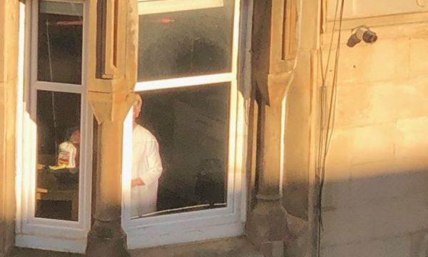 Gruaja vuri re diçka të çuditshme në dritaren përballë, nuk mund të ndalojë së qeshuri kur kuptoi se për çfarë bëhej fjalë