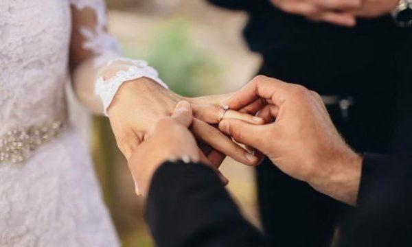 """Çifti i """"paturpshëm"""": Nuk jeni të ftuar në dasmë, por dërgoni para për muajin e mjaltit"""