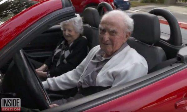 107 vjeçari që ende vozit Mercedesin e tij me të fejuarën 100 vjeçare (VIDEO)
