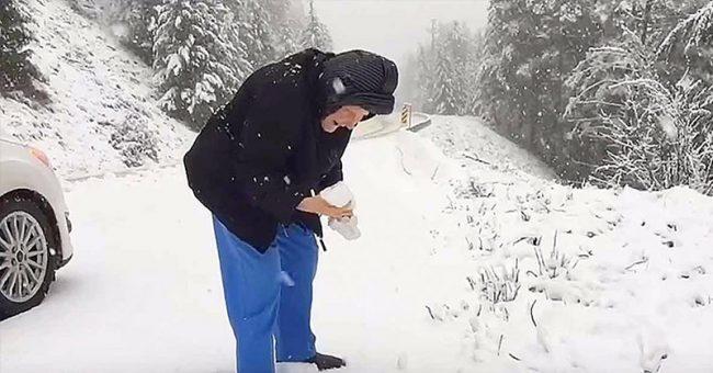 Nëna 101-vjeçare i kërkon djalit të saj të ndal makinën, që të luante në borë (VIDEO)