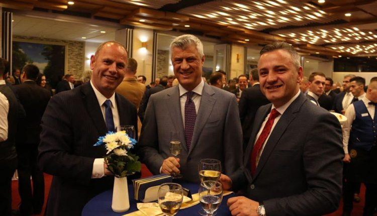 Lladrovci në foto me Presidentin Thaçi dhe Bekim Jasharin: Na tre, ma të fortit