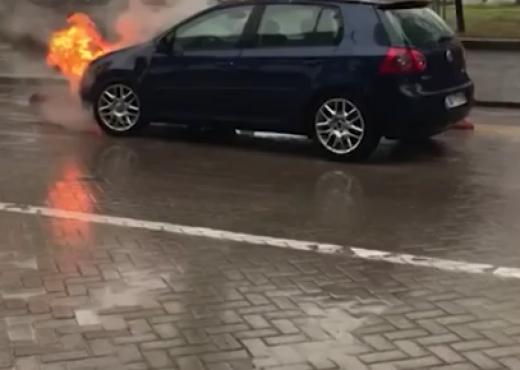 Përfshihet nga flakët makina përballë kryeministrisë, zjarrëfiksja nuk duket