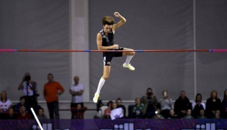 Atleti 20-vjeçar fluturon 6.18 metra dhe vendos rekord botëror