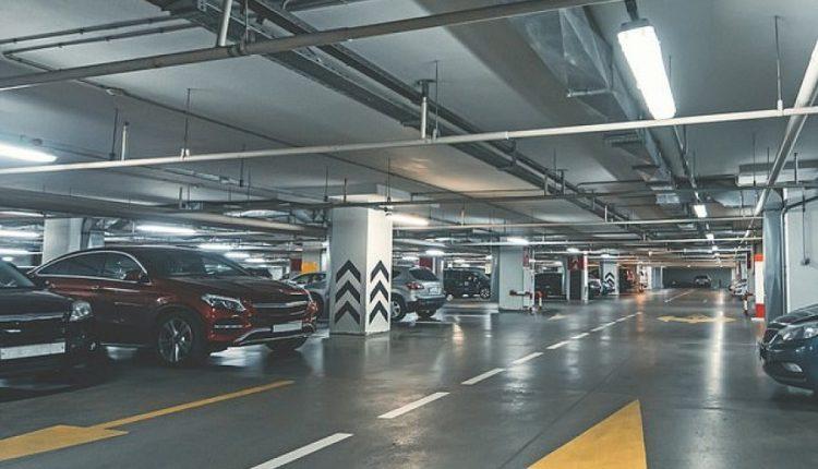 Parkimi i makinës na merr 17 ditë nga jeta jonë, tregon studimi i fundit
