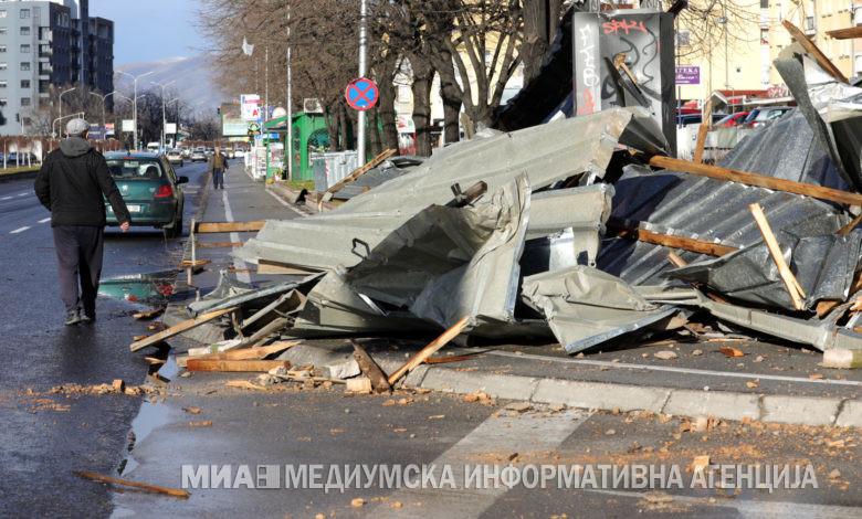 Çati të rrëzuara, fasada dhe automjete të dëmtuara mbrëmë në Shkup (foto)