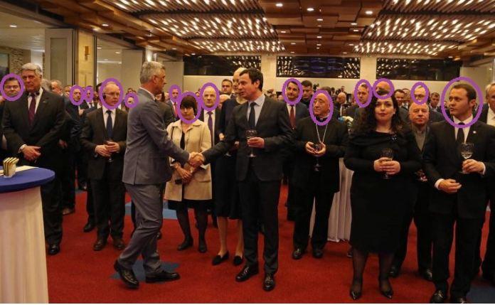 Dorështrëngimi Thaçi-Kurti: Të gjithë të ftuarit kthyen kokën, burri i Vjosës me shikim epik (Foto)