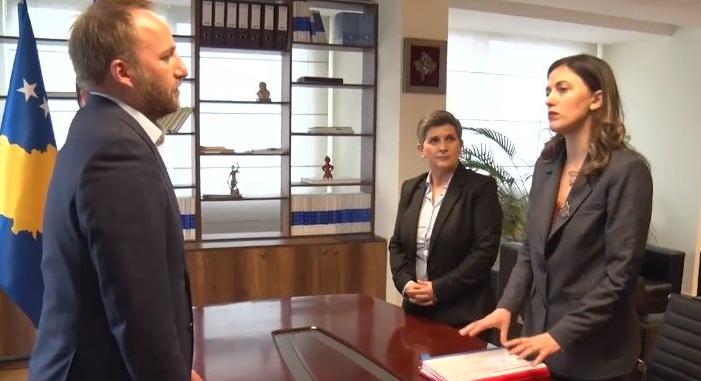 Abelard Tahiri i thotë Albulena Haxhiut 'shihemi në gjykatë', pas anulimit të emërimit të noterëve