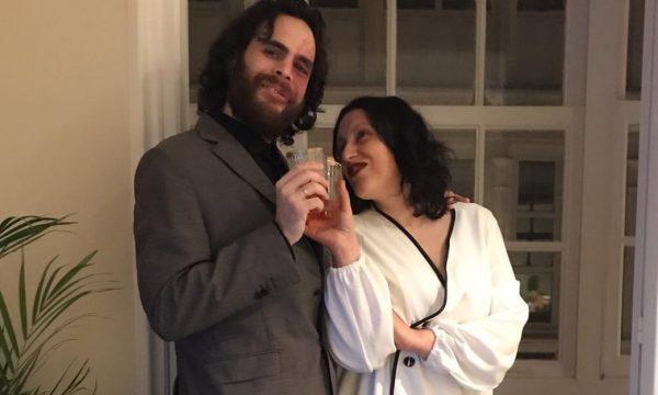 Anulojnë dasmën për shkak të koronavirusit, çifti martohet në ballkon