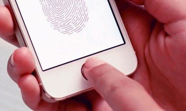 E këputi gishtin, por e ruan në frigorifer për ta hapur telefonin (VIDEO)