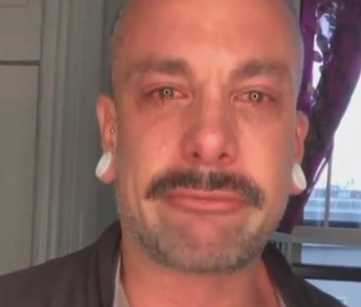 Humbi shokun më të mirë nga Covid-19, stilisti rrëqeth me mesazhin e tij (VIDEO)