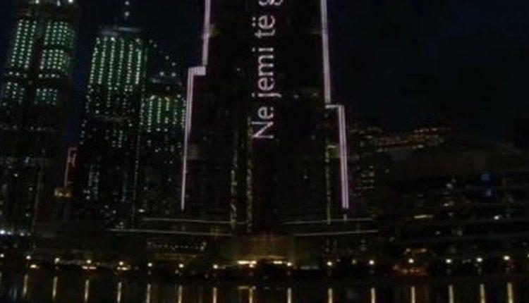 """Burj Khalifa ndriçohet me mesazhe për koronavirusin, shkruan edhe shqip: """"Ne jemi të gjithë në këtë së bashku"""" (VIDEO)"""