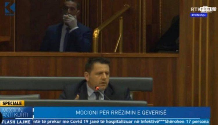 Daut Haradinaj e ndez cigaren në Kuvend
