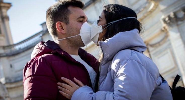 A transmetohet koronavirusi nëpërmjet puthjeve?