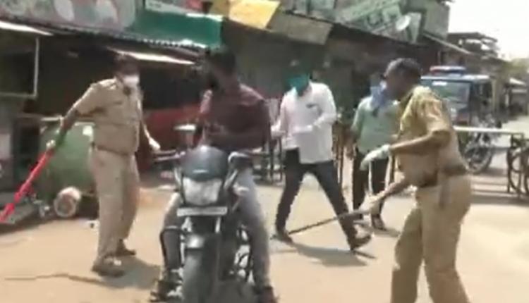 Mosrespektimi i karantinës, policia indiane godet qytetarët me shkop gome!