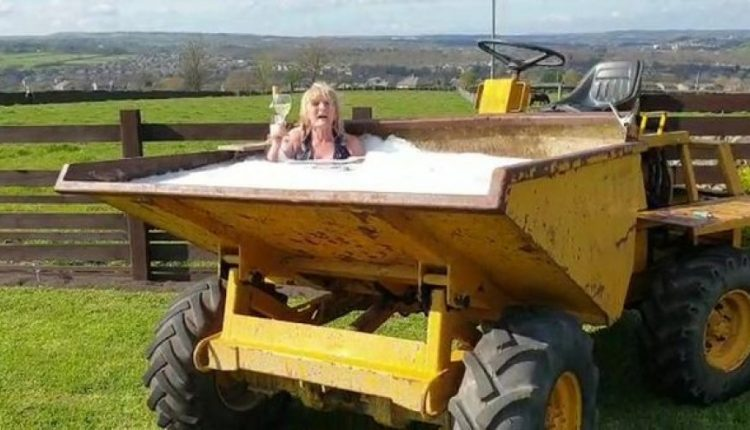 Gruaja ankohej se nuk kishte një vaskë, burri i ndërton një xhakuzi në traktor
