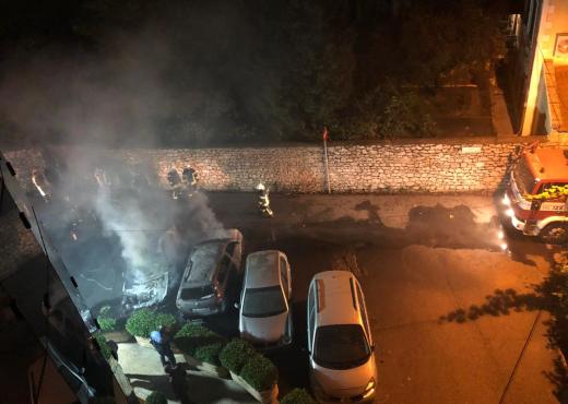 Përfshihen nga flakët gjatë natës tre automjete në Tiranë
