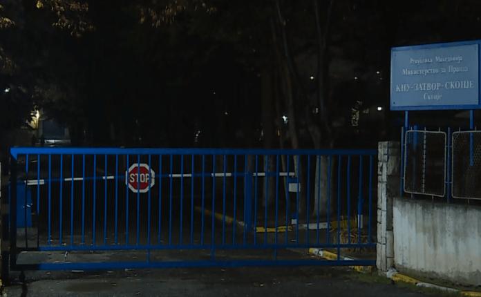 Revoltohen të burgosurit Shutkës, hedhin pjatat nga dritaret! (Video)