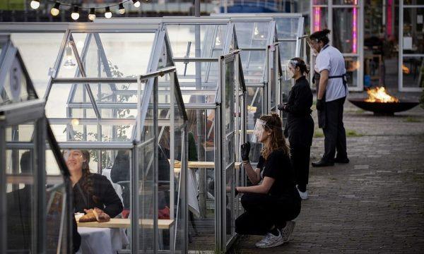"""Holanda gjen """"zgjidhjen"""", si po përshtaten restorantet me realitetin e ri të pandemisë (FOTO)"""