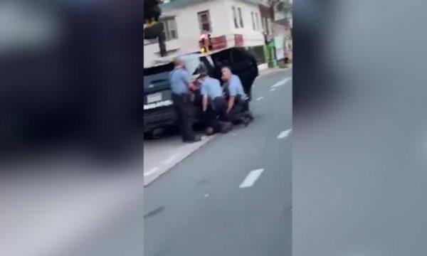 Vdekja e George Floyd, dalin pamje të reja: Tre policë ia vunë gjunjtë mbi trup (VIDEO)