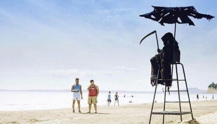 Vishet me kostum të frikshëm, që njerëzit që të mos dalin në plazh gjatë pandemisë COVID-19