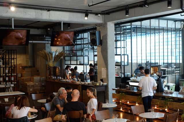 Hapja e restoranteve dhe kafeneve, Australia u kërkon të rinjve të testohen për koronavirus