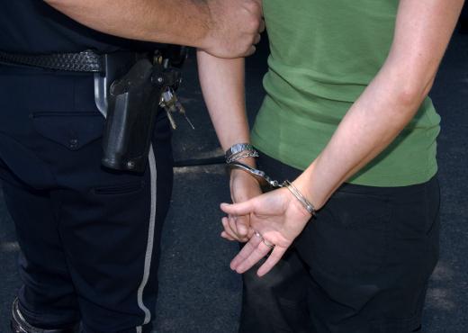 Kërcënoi me armë të renë për një vend parkimi, arrestohet 57 vjeçarja nga Durrësi