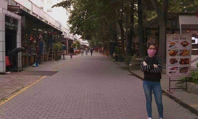 Rihapen kafenetë dhe restorantet, kamerierët kontrollojnë letërnjoftimet e klientëve (VIDEO)