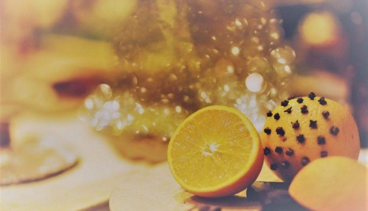 Karafil në limon ose portokall, truku efektiv për të eliminuar insektet dhe mizat. Ja si ta përgatisni…