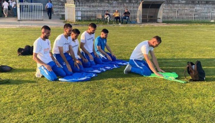 Lojtarët kosovarë falin namazin para ndeshjes (FOTO)