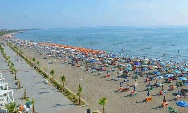 Mijëra kosovarë ia mësynë bregdetit të Shqipërisë