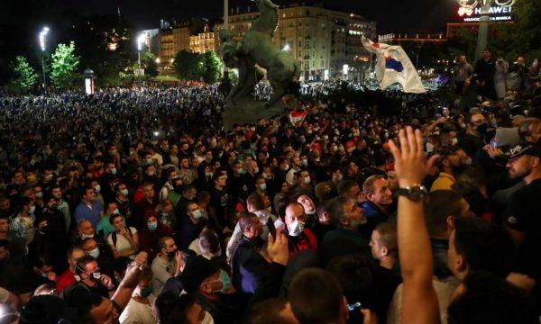 Vuçiq dorëzohet, tërheq planin për orë policore pas protestave
