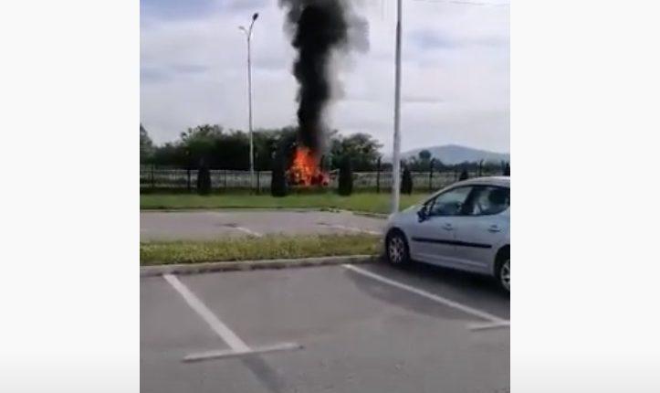 Përfshihet nga zjarri një furgon në afërsi të autostradës Kërçovë-Osllomej