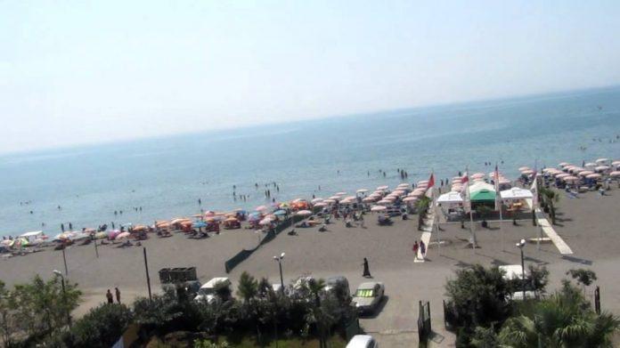 Shqiptarët vërshojnë plazhet përkundër koronavirusit