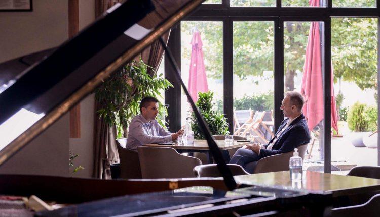 Konsultimet për Qeverinë e re vazhdojnë – Ljupço Nikolovski dhe Artan Grubi në një takim në një restorant në Shkup