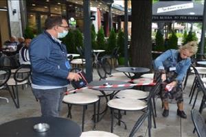 Inspektorati në Mitrovicë vendos shiritat e kuq në tavolinat e lokaleve