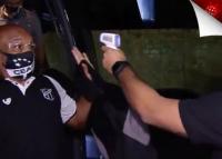 Bëhet virale, lojtari ngatërron termometrin me armë dhe ngre duart lart (VIDEO)