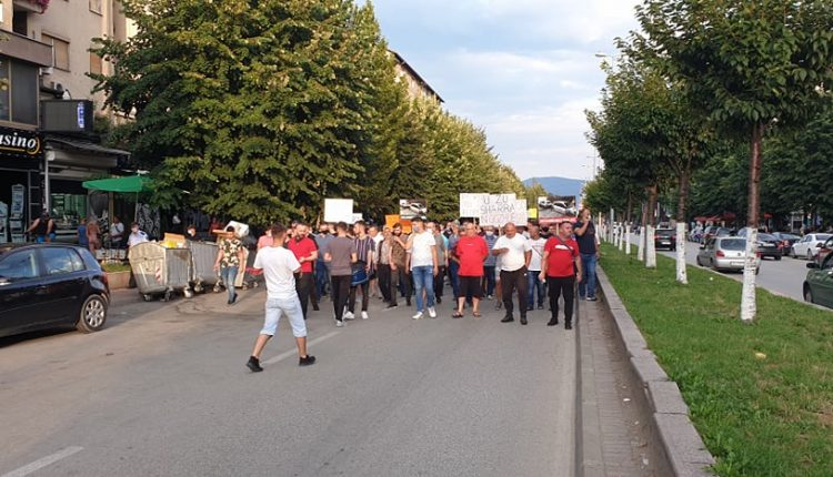 Protesta në Tetovë kundër EVN-së: Protestuesit nga tre pikat bashkohen në qendër (VIDEO)