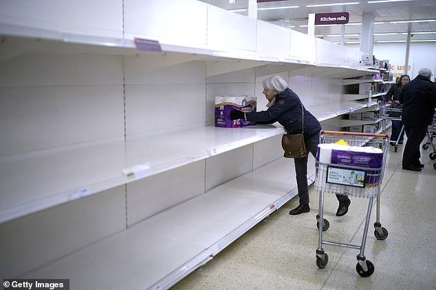 Frika nga vala e dytë e koronavirusit, britanezët zbrazin marketet (FOTO)